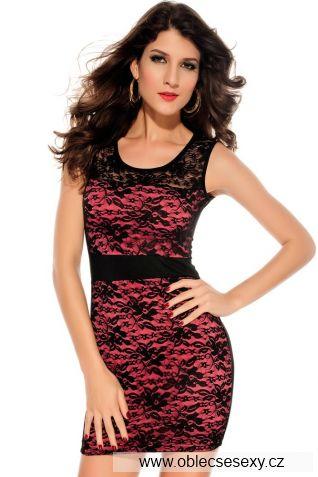 Růžové krátké šaty bez ramínek pokryté černou krajkou