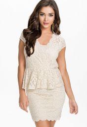 Bílé krajkové peplum šaty